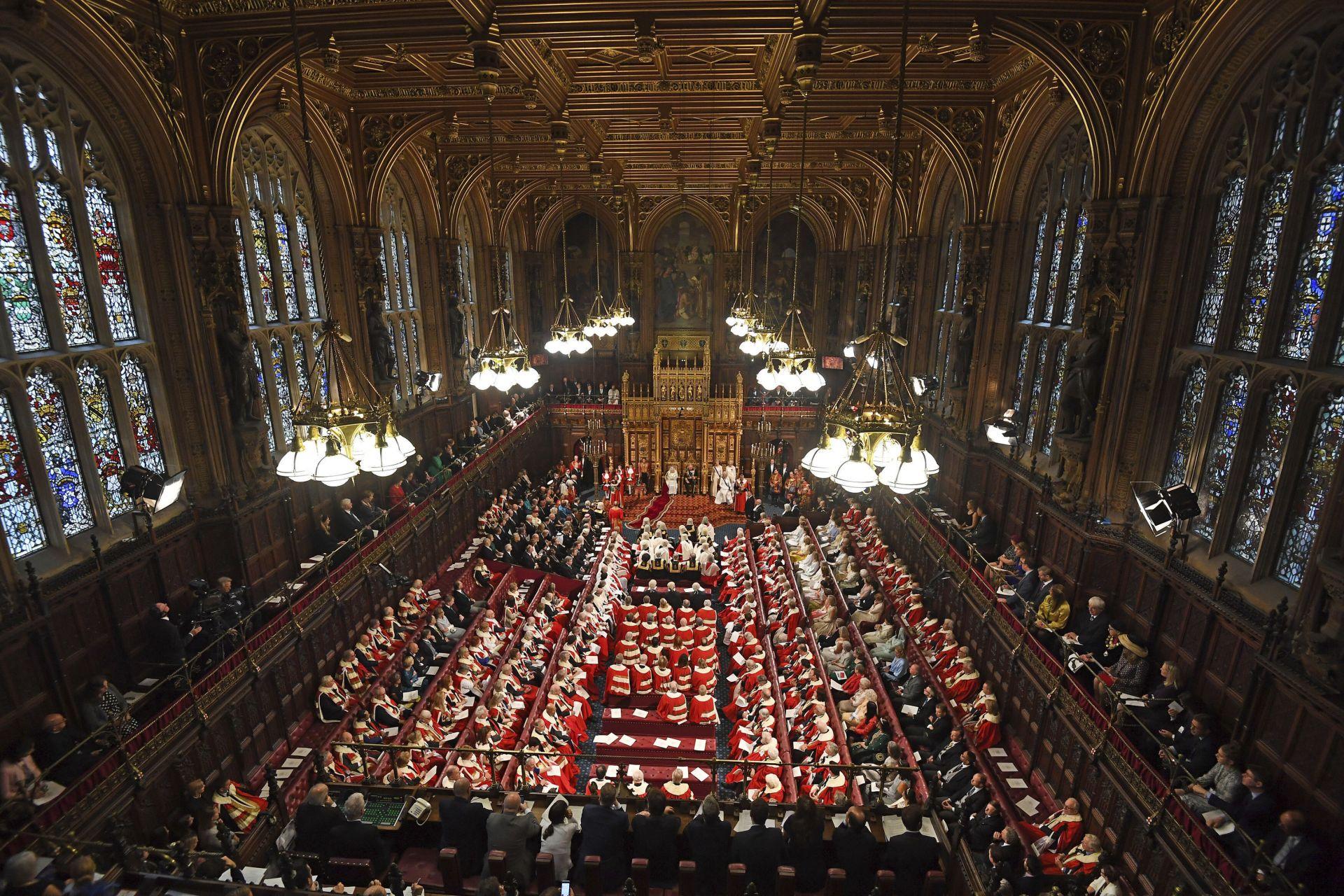 Позлатената пленарна зала на Камарата на лордовете