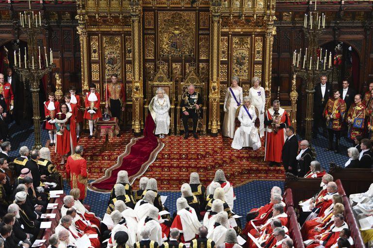 Кралица Елизабет II произнася речта със законодателната програма на правителството пред двете камари на британския парламент в Лондон