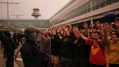 """Безредици и отменени полети на летище """"Ел Прат"""" в Барселона, ранени и пътни блокади"""