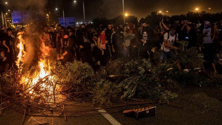 Над 50 души са ранени след нощ на бурни протести в Барселона