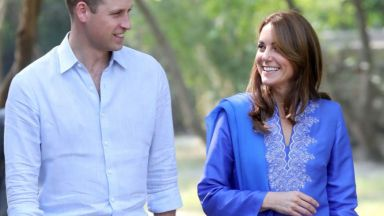 Кейт облече курта в кралско синьо на пакистанска дизайнерка