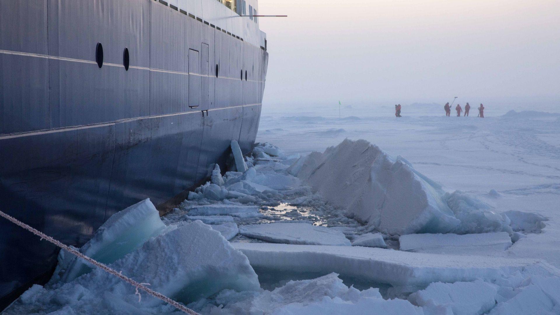 Ледът в Арктика и Антарктика в момента - близък до рекордните си нива