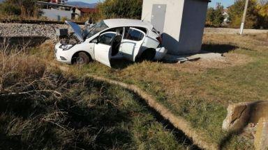 Влак помете кола на жп прелез край София, жена загина