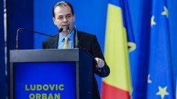 Румънският премиер бе глобен над 600 евро, пушил на закрито и бил без маска