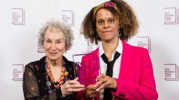 """Изненадващо двойно награждаване - Маргарет Атууд и Бернардин Еваристо са носителките на """"Букър"""""""