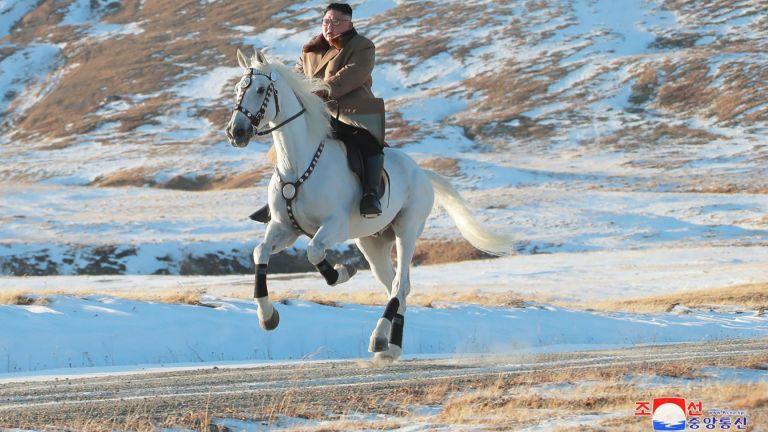 Ким Чен-ун изкачи на бял кон най-високия връх на Корейския полуостров (снимки)