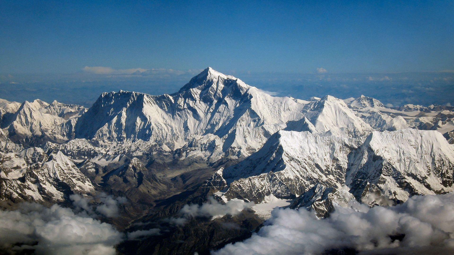 Китайска експедиция измерва височината на Еверест