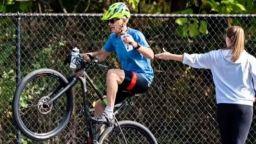 Нов рекорд: Велосипедист измина 80 км на задно колело (видео)