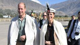 Кейт и Уилям с традиционни шапки и наметки в Хималаите