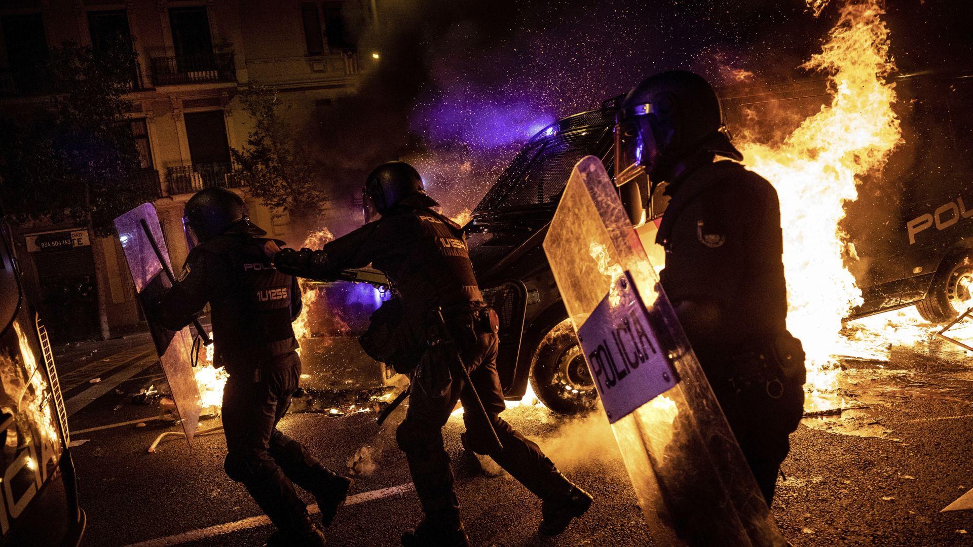 Протестите в Барселона ескалират, десетки автомобили изгоряха (снимки и видео)