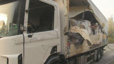 Два камиона се удариха на завой (снимки)