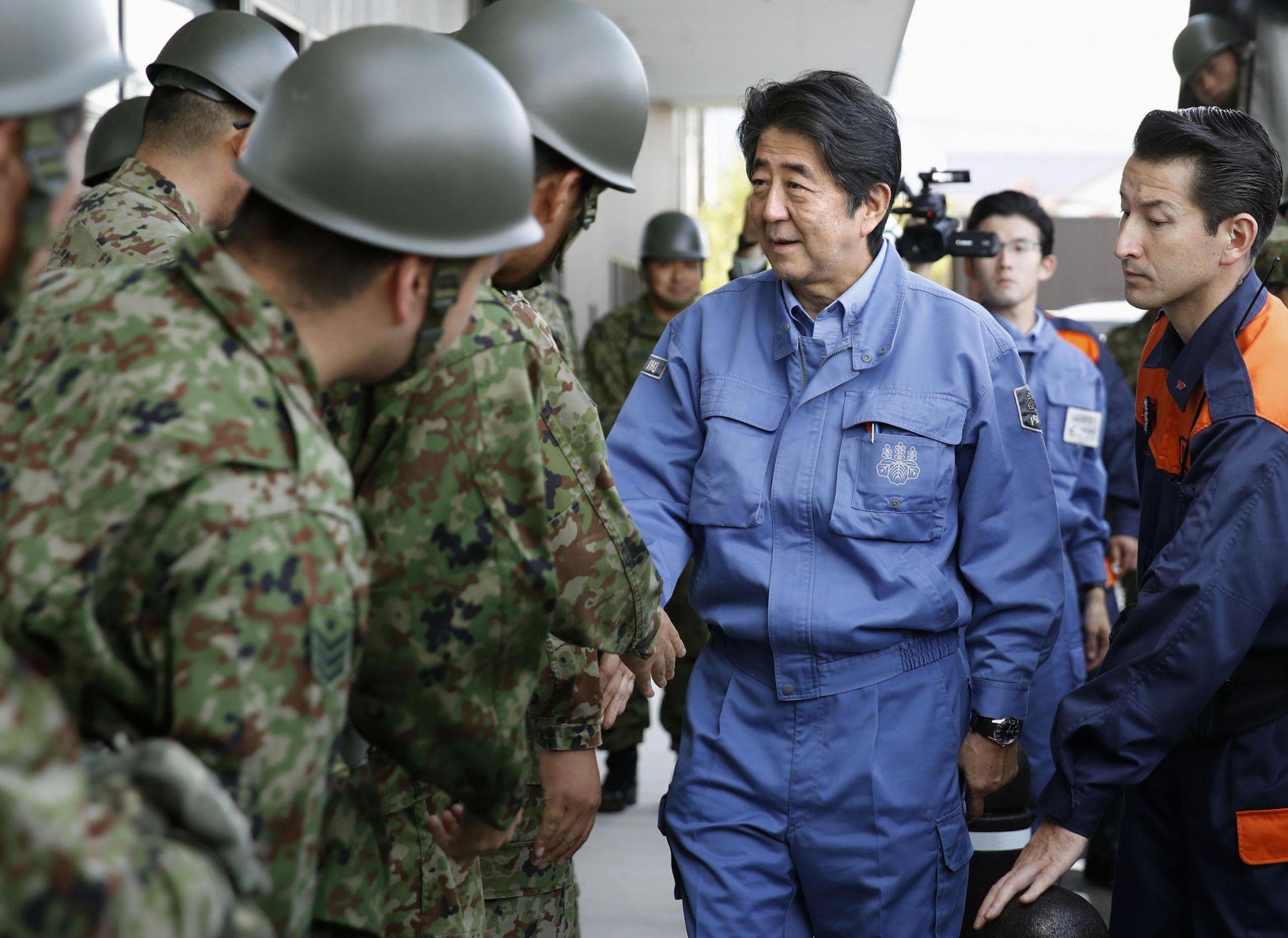 Японският премиер Шиндзо Абе в префектура Фукушима след бедствието
