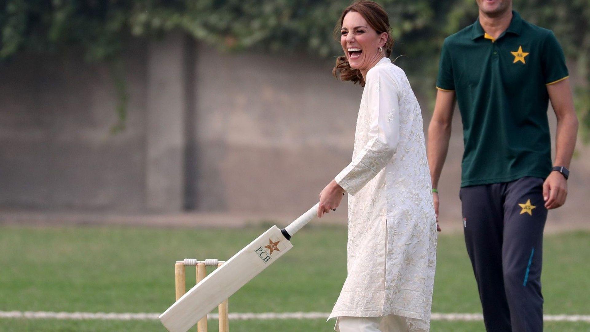 Кейт на крикет в бяло от глава до пети. С Уилям играха куклен театър