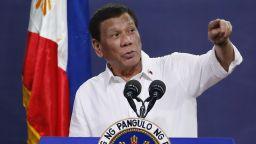Президентът на Филипините пострада при каране на мотор