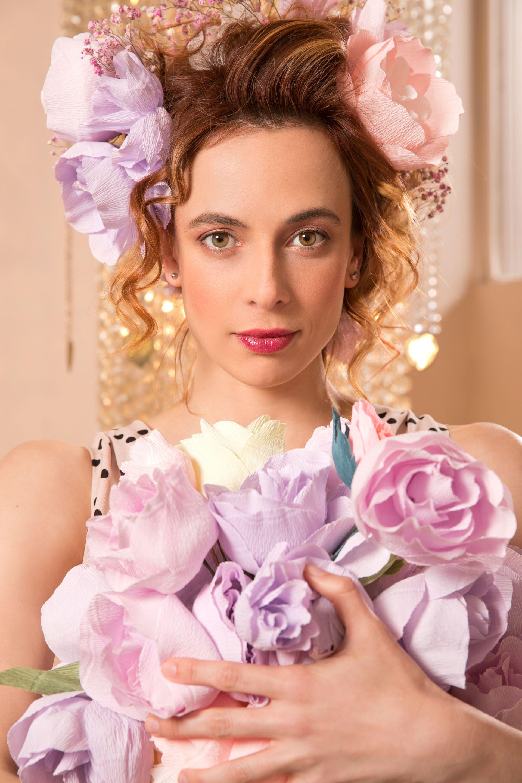 Весела Бабинова се превърна в цветна Мария Антоанета, запазвайки усета на Нейно Височество за мода и любовта й към цветята