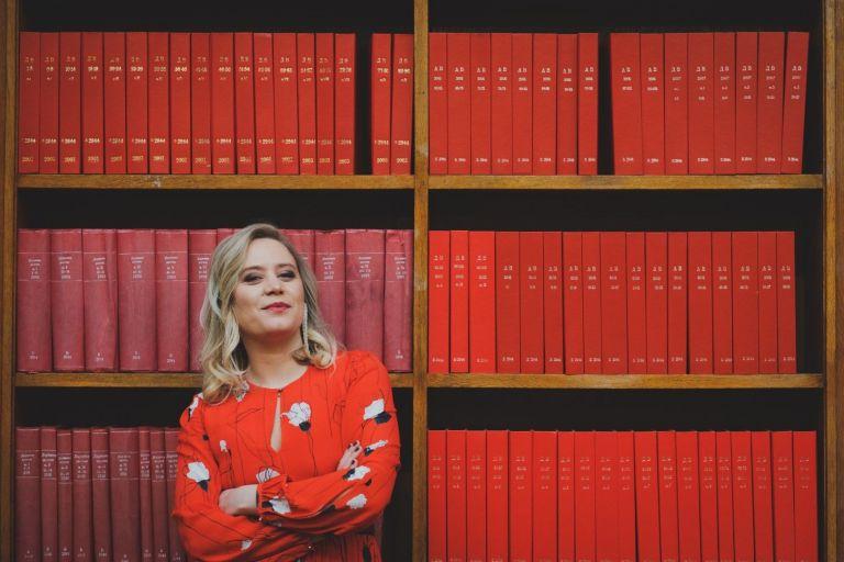 """Ирена Иванова се срещна с цял рафт червени книги - в тон с дебютния й роман """"Остайница""""  и се разходи в заключените коридори на Библиотеката"""