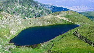 Мъже се изкъпаха в едно от седемте рилски езера