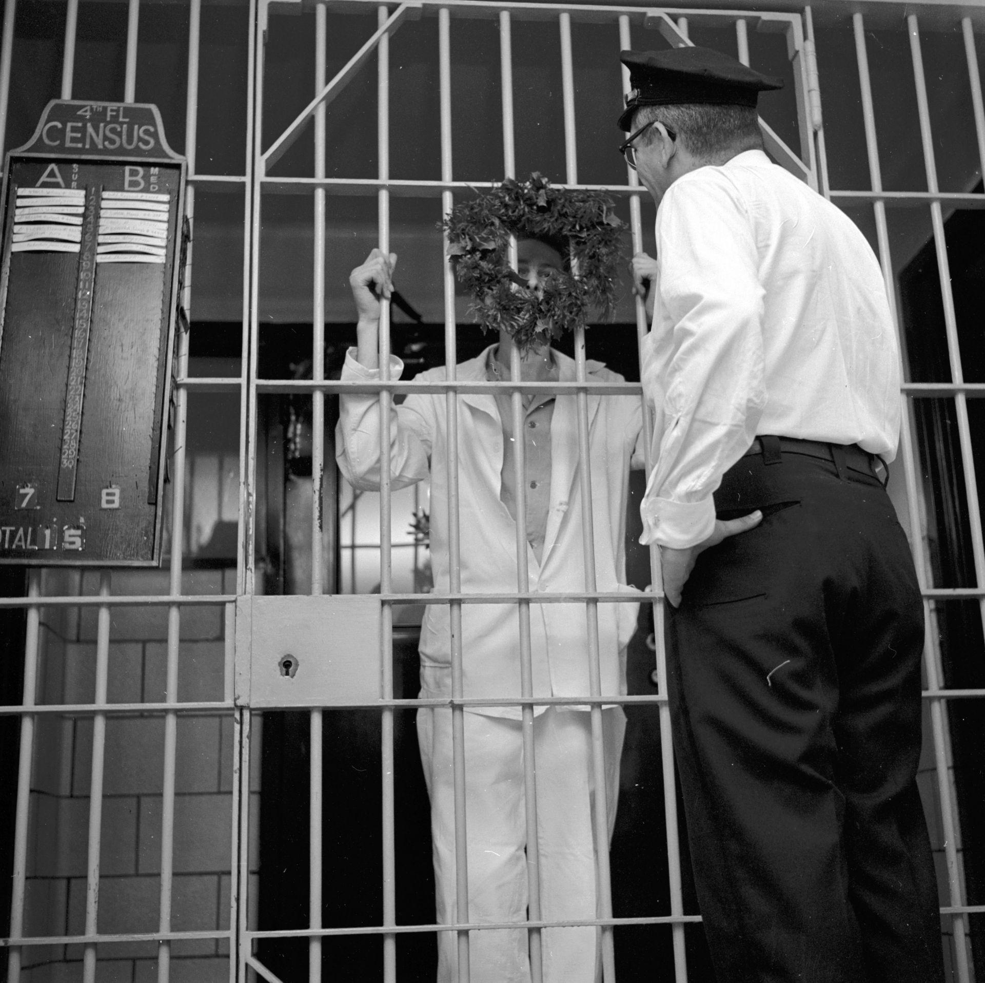 Арестант разговаря с охраната през 1955 г.