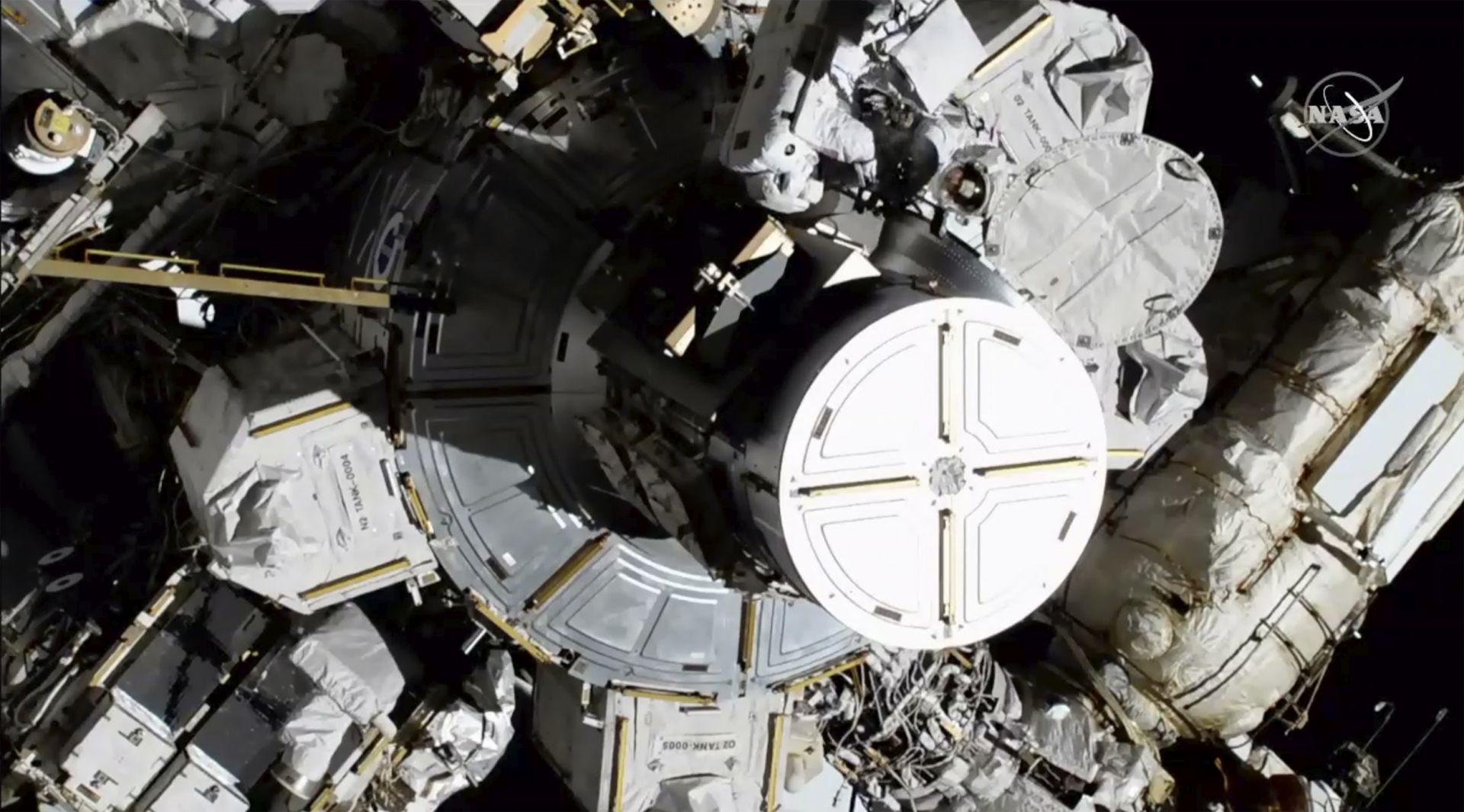 Кристина Кук и Джесика Миър ден преди излизане в открития космос