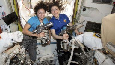 За първи път две жени излязоха в открития космос (снимки)