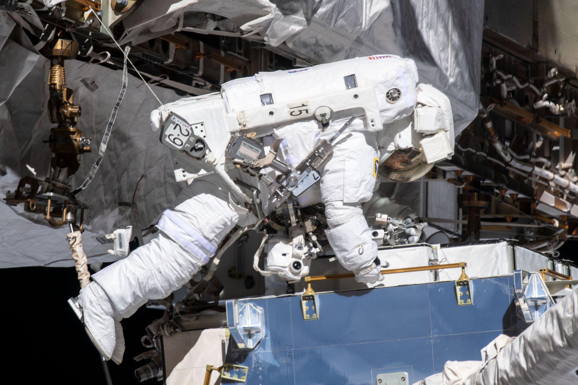 За Кристина Кук, която е на 11-месечна мисия на МКС - най-продължителното пребиваване за жена, това е четвърто излизане в космоса
