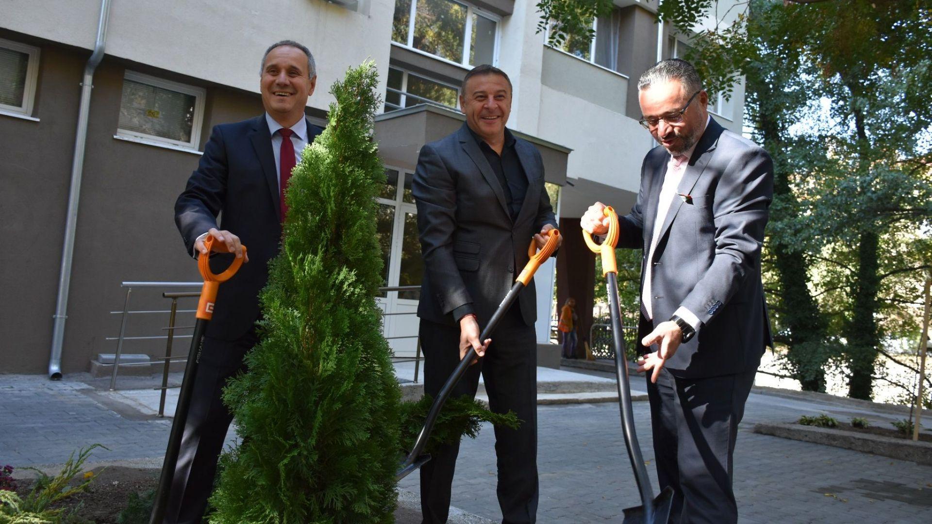 Атанас Камбитов, кандидат за кмет на ГЕРБ за трети мандат /в средата/, открива детска площадка