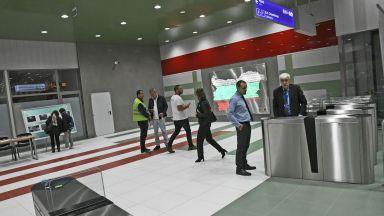 Камери следят дали хората спазват дистанция, докато чакат метрото