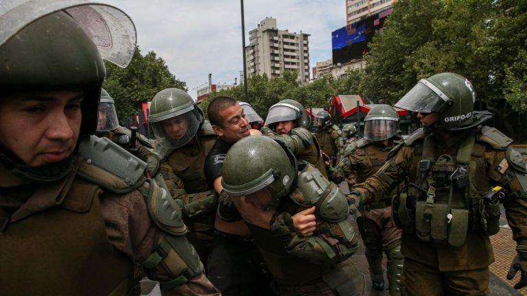 Първи жертви на масовите безредици в Чили