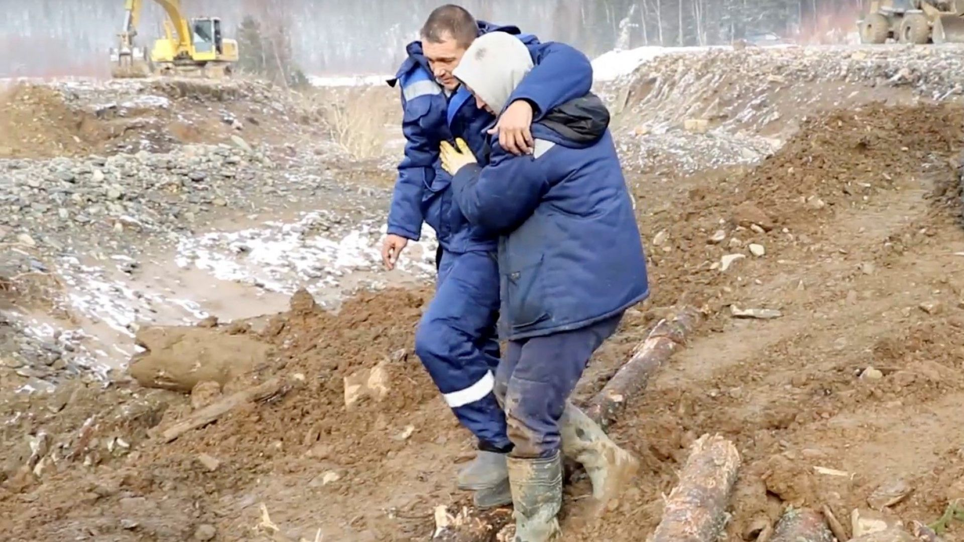 Трима високопоставени служители на компанията, добиваща злато в мината в