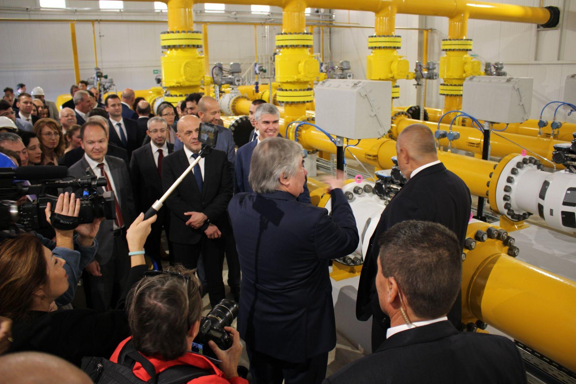 Анатолий Макаров (в гръб) и Бойко Борисов разгледаха тръбите на газопровода