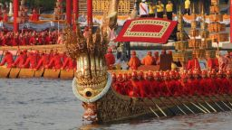 Историческата кралска флотилия баржи на Тайланд дефилира по река Чао Прая за първи път от шест години