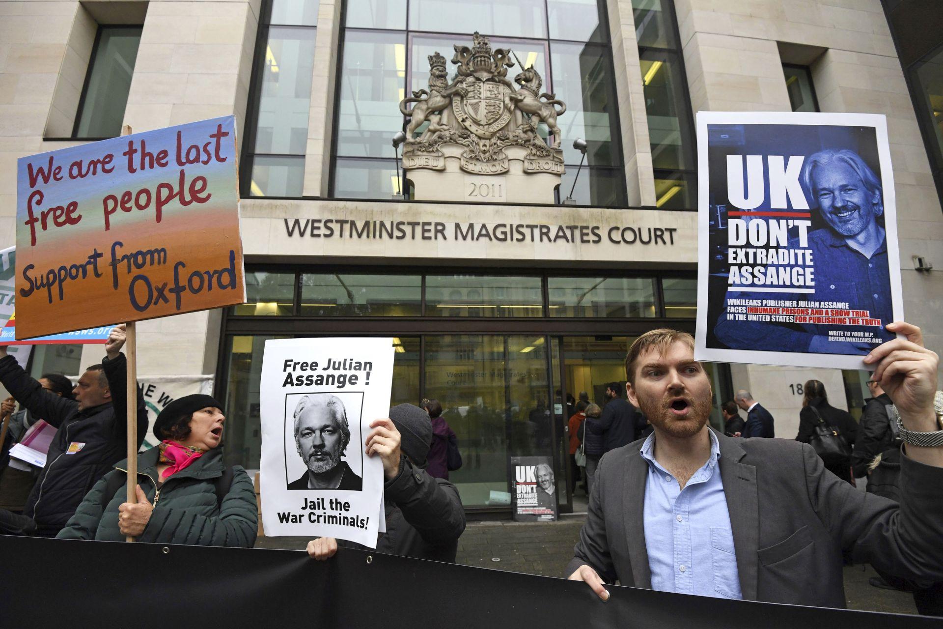 Десетки се събха пред съда, за да подкрепят Асандж