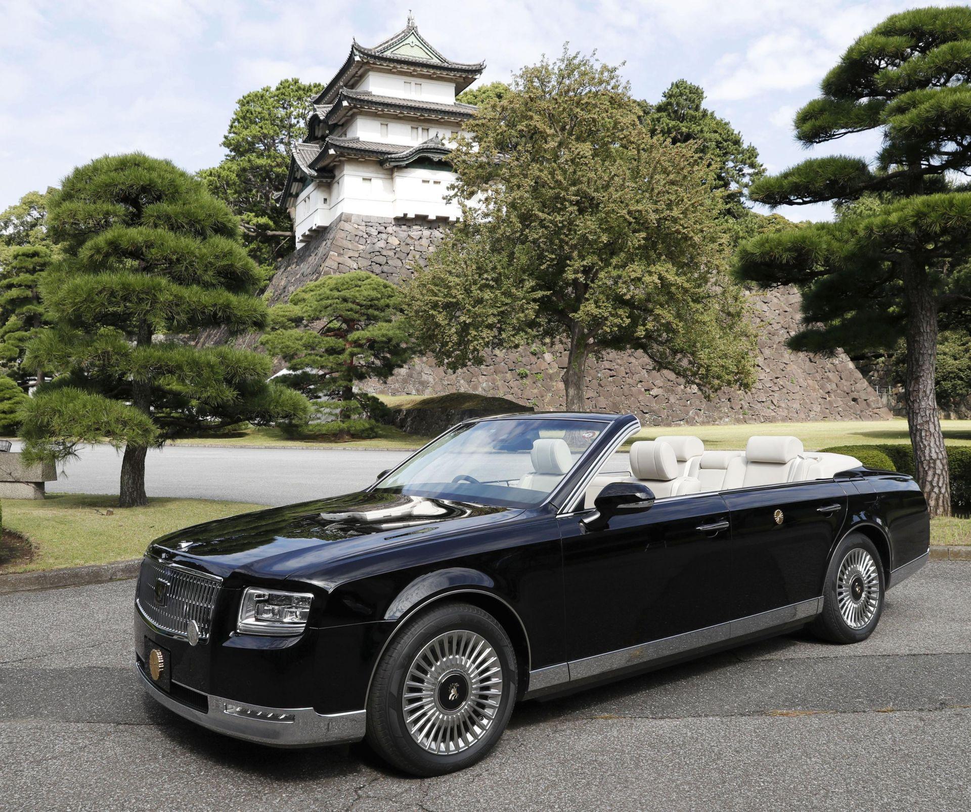 Докато Акито използваше Rolls Royce Corniche III, внесен от Великобритания преди 30 години, Нахуто и съпругата му  ще бъдат в кабриолет Toyota Century, с персонализирани повдигнати задни седалки, за да осигурят на по- добра гледка по време на 30-минутното