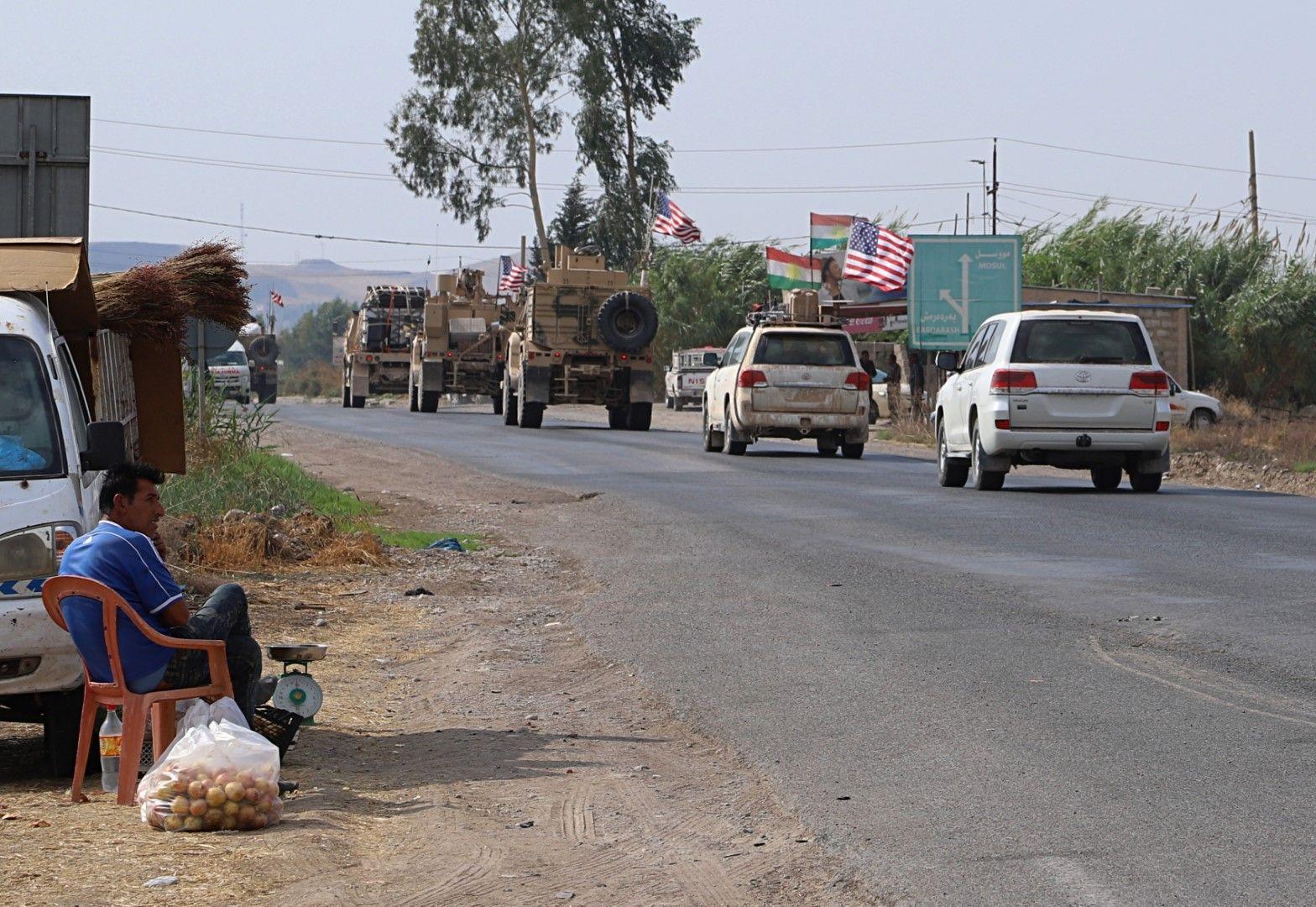Американски военен конвой преминава край град Дахук в Ирак, след като е напуснал Сирия, 21 октомври 2019 г.