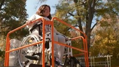 Повредиха първата люлка за деца с увреждания още първия ден