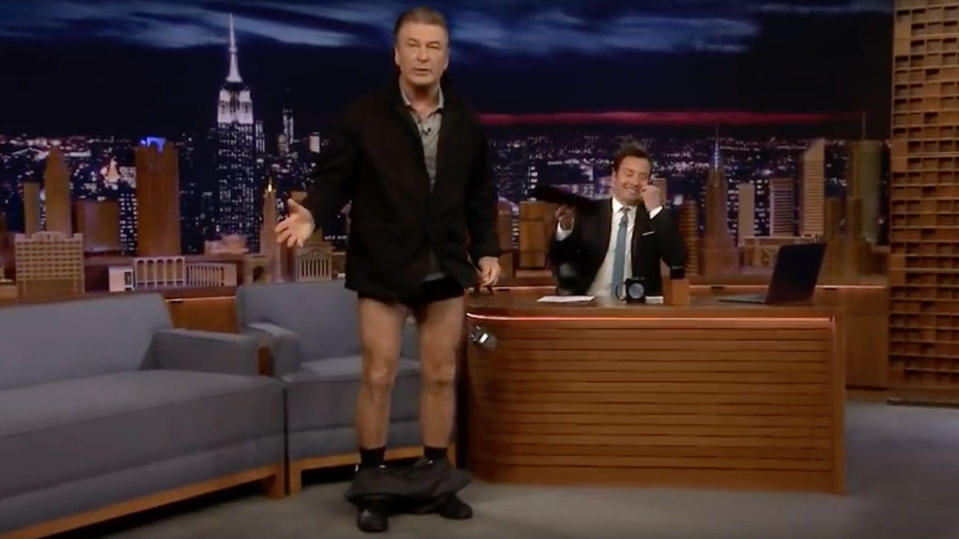 Алек Болдуин си свали гащите в ефир (видео)