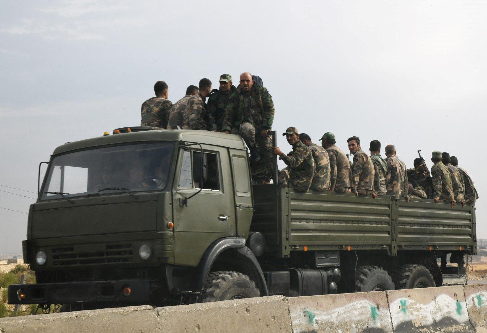 Сирийски войници от правителствената армия в североизточния град Манбидж, провинция Алепо, 21 октомври