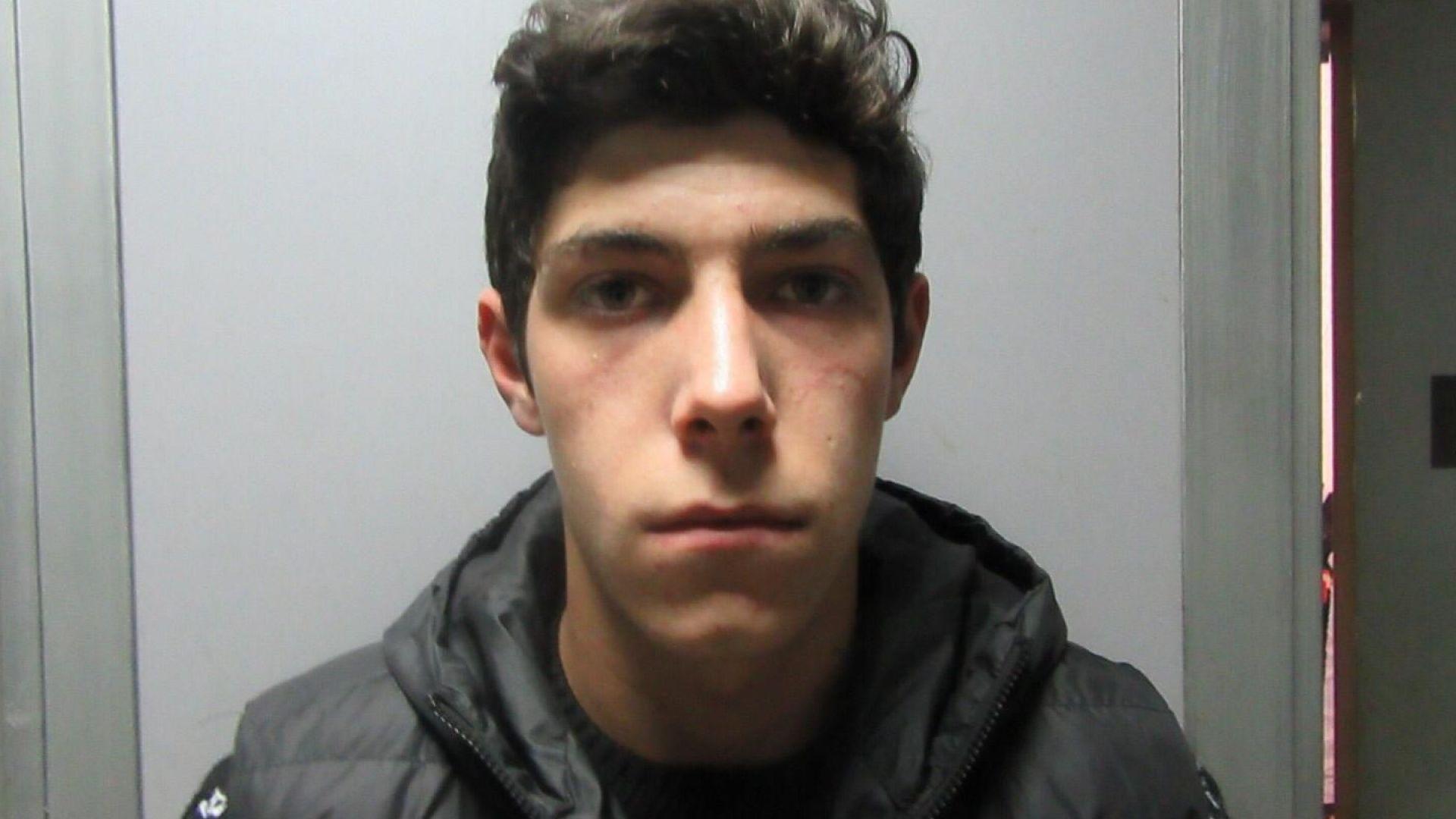 Полицията издирва 18-годишния Мартин Пенчев Шахънски. Той е изтърпявал присъда