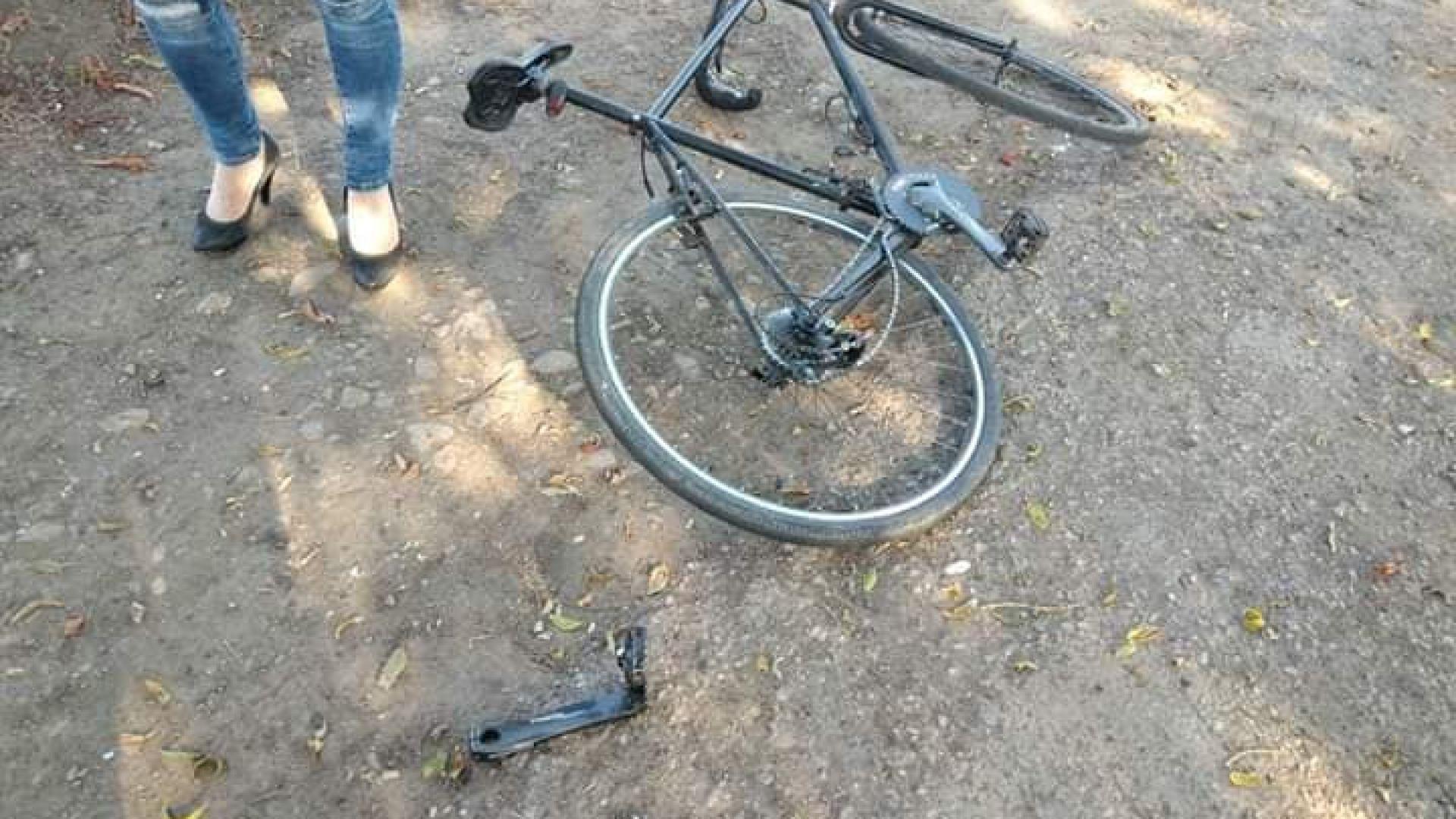 Велосипедист е с опасност за живота, след като е пометен