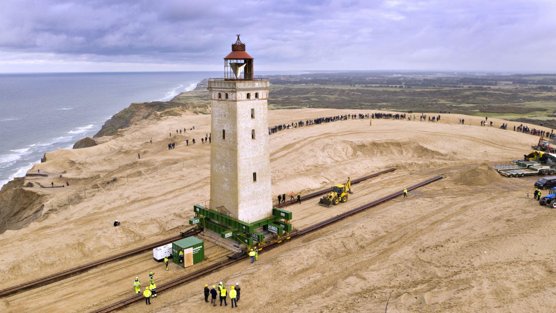 В Дания преместиха 120-годишен морски фар, за да го спасят (видео)