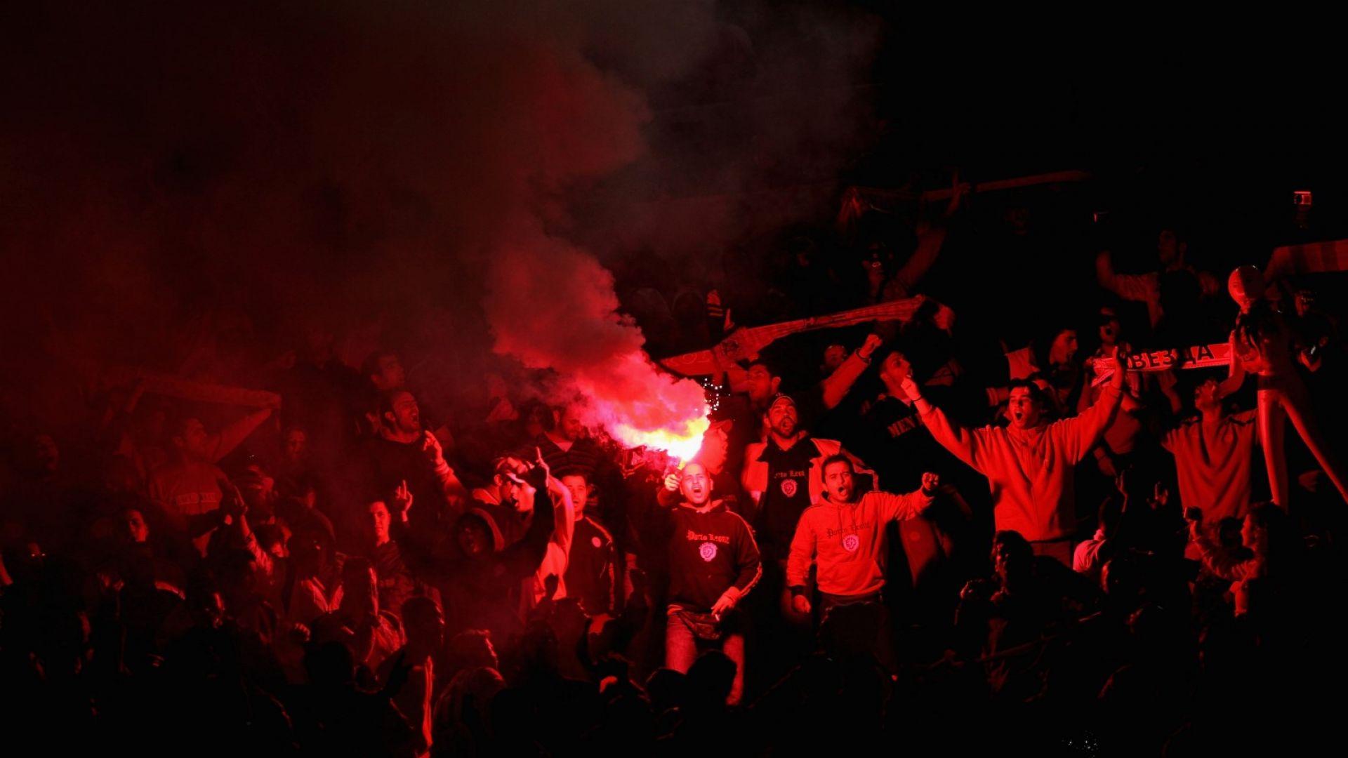 Бомби и бухалки отложиха финала за Купата на Гърция