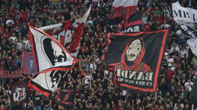 Гръцки ултраси с бухалки прекъснаха мач от Шампионска лига