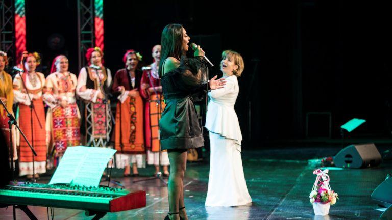Мария Илиева с майка си и приятели на грандиозния финал на турнето си