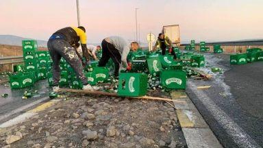 Камион разпиля бира на пътя край с. Бараково, ТИР се обърна и при Симитли, шофьорът е ранен