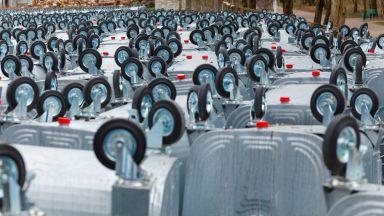 Вандали обръщат кофи за боклук в София