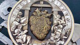 Художник изработи ръчно гравирана монета с механично биещо сърце
