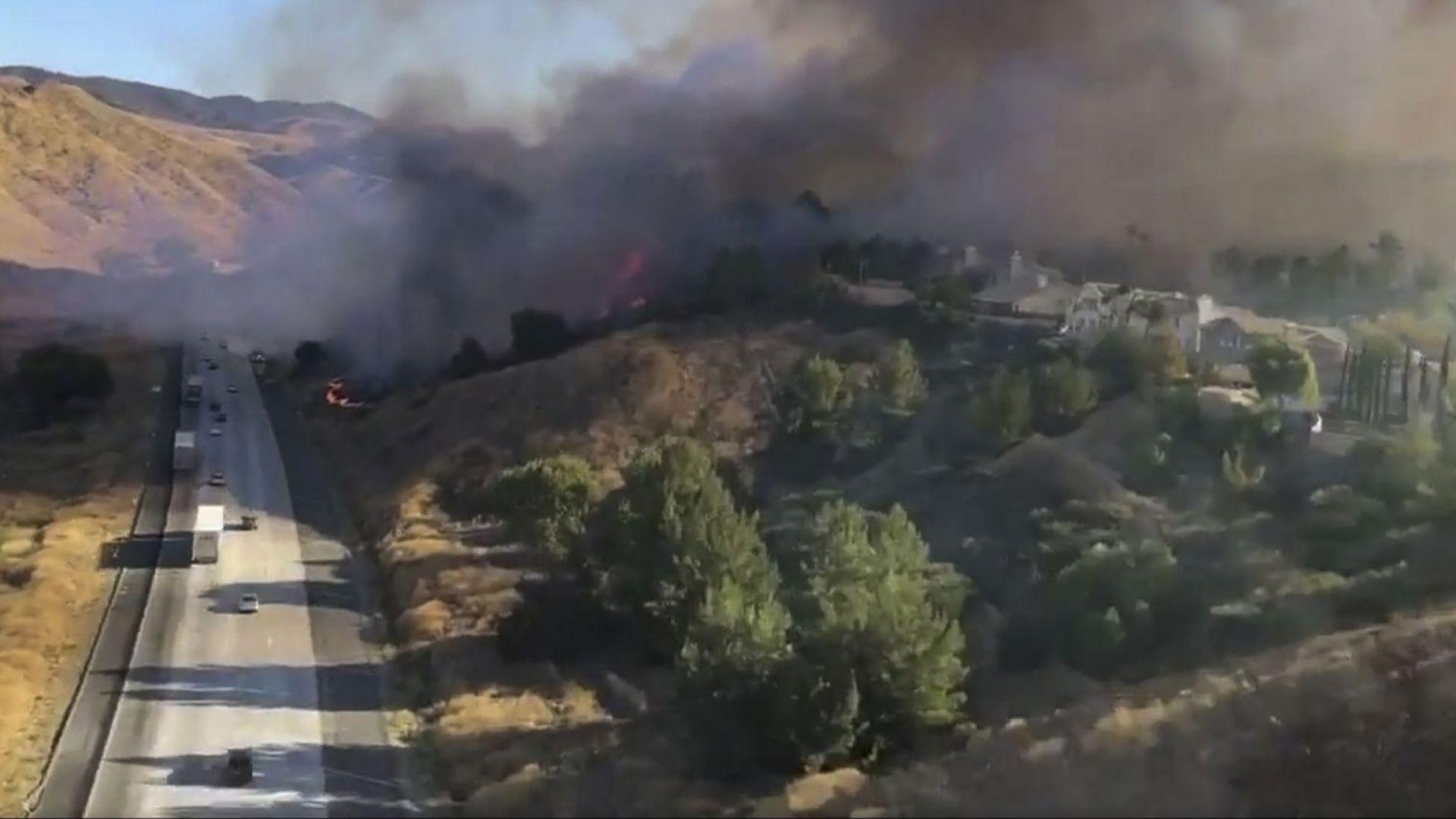 Десетки хиляди бягат от домовете си зарадигорските пожари в Калифорния