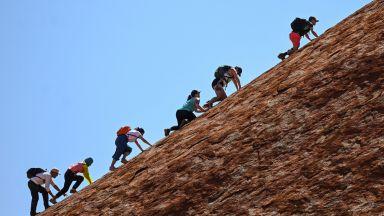 Стотици хора се изкачиха за последен път по скалния монолит Улуру