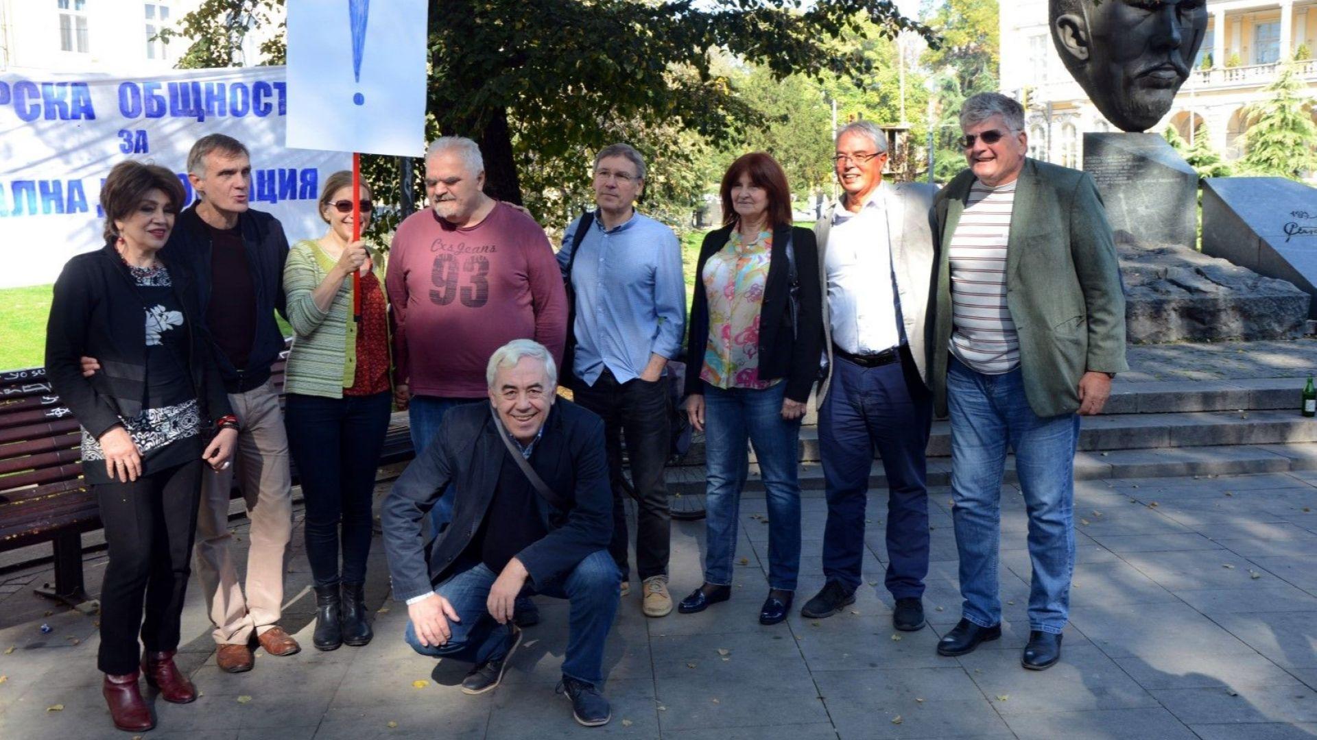 """В градинката пред """"Кристал"""" отбелязаха 30 г. от разпръснатия със сила протест на """"Екогласност"""""""