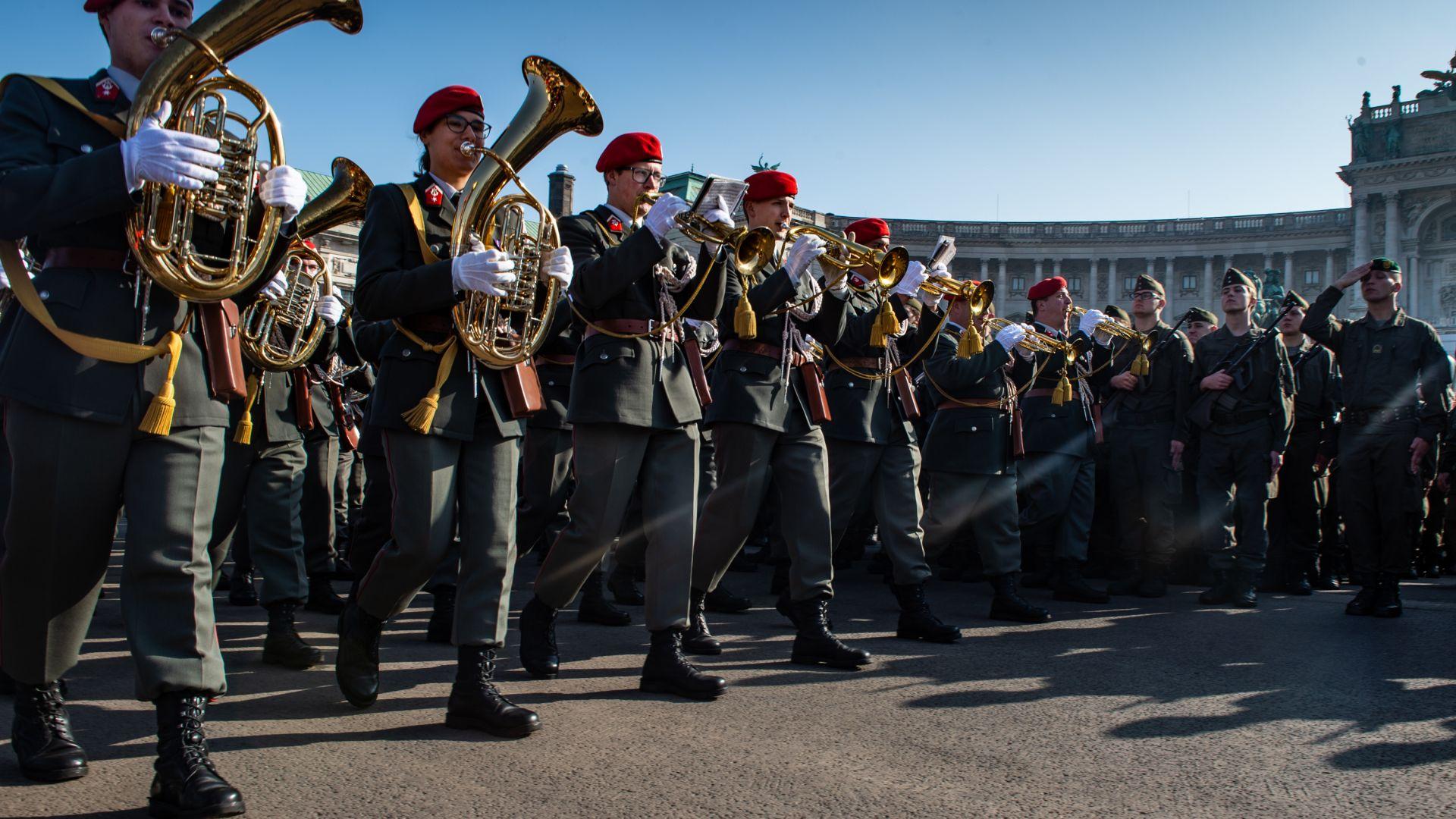 С тържества, маршове и венци Австрия чества националния си празник